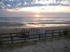 Couché du soleil à Lacanau Aquitaine > Landes  Le département des Landes est constitué de trois régions : le littoral (la côte d'Argent), le parc naturel régional des Landes de Gascogne et l'arrière-pays, qui raviront les amateurs de baignade, de pêche, de sports nautiques et de plein-air. Passez sur la longue plage s'étendant de Biscarosse à l'embouchure de l'Adour, la plus grande forêt d'Europe, admirez les églises romanes, les bastides, les thermes…