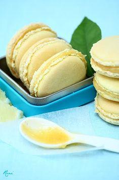 Citromos macaron gyömbéres lemon curddel, valamint vaníliás pink macaron kávés csokoládéganache-sal Macarons, Hamburger, Lemon, Bread, Pink, Food, Hot Pink, Essen, Macaroons