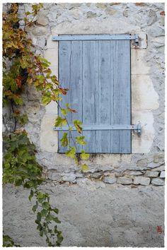 """jarrimimram: """" Un volet d'un joli bleu … à Mirmande, un village au charme tout à fait exceptionnel (Drôme). """""""