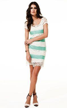 Lookbook Raizz Primavera-Verão 14 - Vestido de renda off-white e paetês  verde esmeralda, com aplicação de  guipir na barra