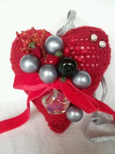 cuore rivestito di maglia con applicazioni di vari decori