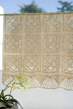 cortina al crochet Filet Crochet, Crochet Lace, Crochet Hooks, Crochet Curtains, Lace Curtains, Porch Curtains, Handgestrickte Pullover, Weaving Projects, Shell Crafts