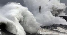 Uma grande onda quebra perto da boca do porto de Santander, em meio a um mar revolto por forte tempestade na Espanha