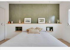 Un dormitorio con cabecero integrado de obra con mesillas de noche Home Decor Bedroom, Bedroom Wall, Attic Master Bedroom, Bed Frame Design, Happy New Home, Parents Room, Build A Closet, New Room, Home Decor Inspiration