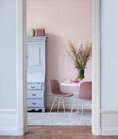 Sommerminne: Denne paletten består av nydelige pasteller. Den bakre veggen er malt i  Pudderrosa 673 og den fremre i Akvarell 737. Følg linken for å se hele paletten. #farger #trend #stue #spisestue #maling #fargesette #pasteller #fargepalett #trendfarge2019 #pudderrosa #fargekombinasjoner Hanging Canvas, Work Surface, Modern Kitchen Design, Settee, Office Desk, Gallery Wall, Minimalist, Layout, Interior Design