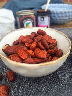 Roasted chili almonds - healthy and easy low carb snack -- mycopenhagenkitc Spicy Recipes, Healthy Dinner Recipes, Vegetarian Recipes, Easy Snacks, Yummy Snacks, Keto Snacks, Lchf, Paleo, Health Snacks