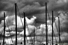 """Porto turistico """" Marina dei Cesari""""    Nuvole… Sono come me un passaggio figurato tra cielo e terra, in balia di un impulso invisibile, temporalesche o silenziose, che rallegrano per la bianchezza o rattristano per l'oscurità, finzioni dell'intervallo e del discammino, lontane dal rumore della terra, lontane dal silenzio del cielo. (Fernando Pessoa)"""