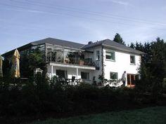 12 personen.  Waimes ligt 16 km. ten oosten van Stavelot. Een teruggetrokken accommodatie, aan de rand van Waimes. Mooie, grote en glooiende tuin met tuinmeubelen.  Het heeft 5 slaapkamers en 3 douches/badkamers.