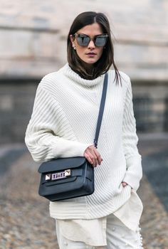 Nina Schwichtenberg trägt Sonnenbrille von LeSpecs, Bag von Proenza Schouler PS11, Perlenjeans von Escada & Schuhe von Stella McCartney. Mehr auf www.fashiioncarpet.com