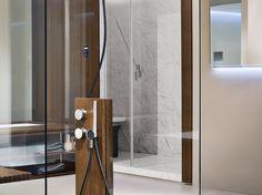 Duschsäule und Hamam im Hintergrund