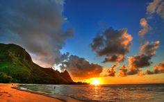 Coucher de soleil sur une plage hawaïenne