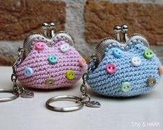 Free (Dutch) pattern from 'Stip en Haak' Crochet Wallet, Crochet Coin Purse, Crochet Purses, Crochet Earrings, Crochet Bags, Kawaii Crochet, Diy Crochet, Crochet Crafts, Crochet Projects