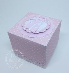 Caixinha em papel de scrapbook para colocar doces ou lembrancinhas,  Sapatilha em papel rosa claro perolado.  ** * NÃO ACOMPANHA GULOSEIMAS.    Medidas 6cm x 6cm    Pode ser feito em outras cores e temas - Consulte-nos!     ATENÇÃO: Valor do frete não incluso, consulte o frete para sua localidade...