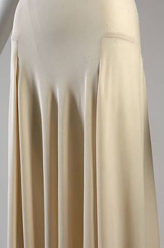 1932 Madeleine Vionnet bias-cut silk crepe evening gown (image Chicago History Museum Object According to Vionnet scholar Betty Kirke, however, this garment may actually be lingerie. Madeleine Vionnet, 1930s Fashion, Retro Fashion, Vintage Fashion, Edwardian Fashion, Fashion Goth, Evening Gowns Images, Evening Dresses, 1930s Evening Dress