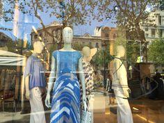 """Max Mara   Paseo de Gracia, Barcelona. Nº: 21 (Barcelona)  Iluminación lateral y superior. Narración/ história: """" un paseo de primavera"""" se ve que los maniquíes están  caminando. Colores azules i blancos. No hay una separación del mostrador y la tienda."""