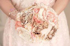Bouquet sposa in tessuto e stoffa rosa, marrone e bianco. Perfetto per un matrimonio autunnale! Bridal bouquet for a fall wedding. Vuoi anche tu un bouquet così? Vai su: www.trilliegingilli.com