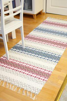 Malli on Mallikerta-lehden numerossa Jute Rug, Woven Rug, Loom Weaving, Hand Weaving, Loom Craft, Sharpie Crafts, Rug Inspiration, All Free Crochet, Cool Rugs