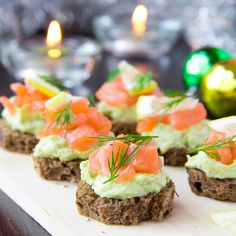 Lososové kanapky Finger Food Appetizers, Holiday Appetizers, Healthy Appetizers, Finger Foods, Appetizer Recipes, Comida Tex Mex, Salmon Y Aguacate, Low Budget Meals, Cooking Recipes