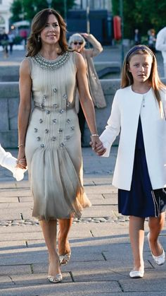 Crown Princess Mary of Denmark with her daughter Princess Isabella Princesa Mary, Royal Fashion, Love Fashion, Womens Fashion, Classy Outfits, Beautiful Outfits, Princess Marie Of Denmark, Royal Clothing, Royal Dresses