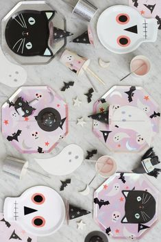 SHOP MERI MERI Halloween icons party plates from the stunning new collection of halloween partyware with free next day delivery Halloween Rose, Happy Halloween, Halloween Mignon, Bonbon Halloween, Halloween First Birthday, Halloween Bebes, Halloween Icons, Halloween Party Decor, Scary Halloween
