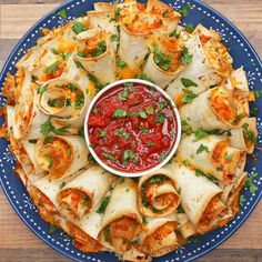 Blooming Quesadilla Ring Recipe - Video recipe, ingredients list and step by step instructions. Make the best Quesadilla for any party! Visit us online for more Tasty Recipes! Finger Food Appetizers, Appetizers For Party, Appetizer Recipes, Party Food Recipes, Mexican Food Appetizers, Finger Food Recipes, Delicious Appetizers, Seafood Appetizers, Parties Food
