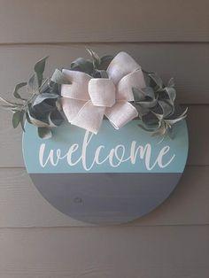 Welcome Signs Front Door, Wooden Welcome Signs, Wooden Signs, Door Hangers, Wood Door Hanger, Diy Door, Wood Craft Patterns, Wood Crafts, Diy Crafts