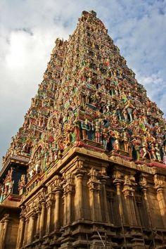 templo hindu na Madura com pintados à mão ídolos hindus em cores vívidas - Índia - Amazing!  por Donn