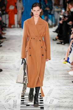 Stella McCartney Fall 2019 Fashion Show . Designer ready-to-wear looks from Fall 2019 runway shows from Paris Fashion Week Fashion Week, Paris Fashion, Winter Fashion, Womens Fashion, Fashion Trends, Stella Mccartney, Fashion Show Collection, Mode Style, Mannequins