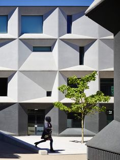The transformation of Burntwood School pieces together a 1950's modernist education campus for 2000 pupils and 200 staff in south-west London. Within an exis...