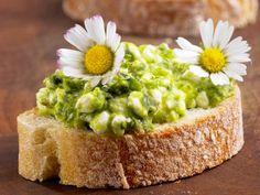 Rezept: Brot mit grünem Hüttenkäse und Gänseblümchen