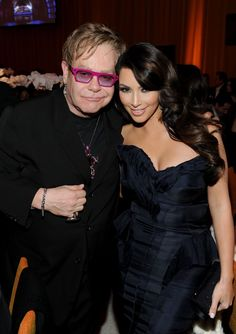 Pin for Later: Kim Kardashian, de Party Girl à Hot Mama Kim et Elton John en Février 2011.