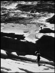 Junge beim Angeln in den Pyrenäen in der Nähe von Carcassonne, Frankreich