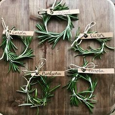 30 einfache Ideen für DIY-Tischkarten The seating arrangement at the wedding also includes place cards for your guests. For all Hobbybastler and diligent DIY brides we have picked out the best ideas for DIY place cards. Wedding Boxes, Diy Wedding, Rustic Wedding, Diy Place Cards, Wedding Place Cards, Cards Diy, Summer Wedding Decorations, Table Cards, Wedding Humor
