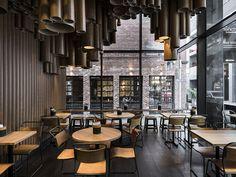 restaurante com luminárias de papelão