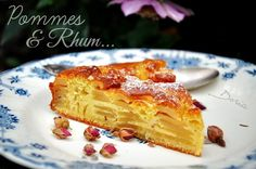Un gâteau bien moelleux... Ingrédients 1 oeuf d'Oie ou 3 oeufs de poule 6 pommes 50 gr de sucre roux 140 gr de farine fluide 50 gr de noisettes moulues 20 ml d'huile d'olive extra vierge 120 ml de lait demi-écrémé 2 bouchons de Rhum 1/2 sachet de levure... Apple Desserts, Dessert Recipes, Doria, Afternoon Snacks, Cheesecakes, Tea Time, French Toast, Cookies, Fruit