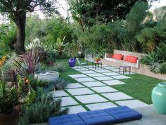 exotischer Garten gestalten Beton Sitzbank Pflastersteine