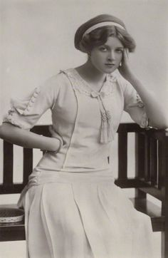 Gladys Cooper, 1910 (so lovely!). I really love how her hair is styled. #Edwardian #vintage #fashion