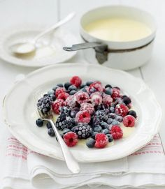 Frozen-berries-with-hot-white-chocolate-sauce