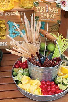 Idea: ofrece un surtido de adornos atractivos para los cócteles y los refrescos en tu fiesta tropical / Idea: offer an assortment of decorations and garnishes for the cocktails and refreshments at your tropical party
