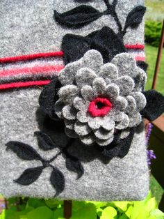 easypeasy grandma: A Kindle bag! Felted Wool Crafts, Felt Crafts, Felt Flowers, Diy Flowers, Sewing Projects, Projects To Try, Felt Embroidery, Craft Bags, Wool Felt