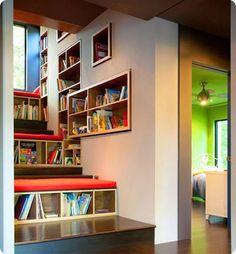 Un escalier spécialement conçu pour les enfants, avec ses marches matelassées, et tout tapissé de niches qui servent de bibliothèque.