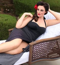 One of our favorite pics, plus size model Melissa looks gorgeous here in the Plus Size Ava Convertible Swimsuit and Plus Size Catalina Wrap by Kiyonna. After all, who doesn't always have their make up artist, hair done up and full accessorized when lounging by the pool? ;) Jokes aside, this versatile wrap is available in a flirty polka dot print or classic black. #plussize #kiyonna