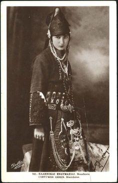 民族衣装bot @Minzokubot  19世紀末から20世紀初頭、ギリシャ、マケドニア地方で撮影された伝統的な衣装を身につけた女性。