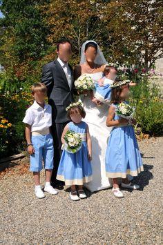 Cortège Constance  Enfants d'honneur en ciel et beige, couronnes et gros bouquet de fleurs pour les demoiselles, bermudas pour les garçons.