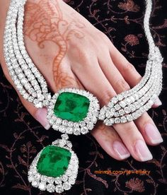 diamond-necklace-with-heavy-emeralds