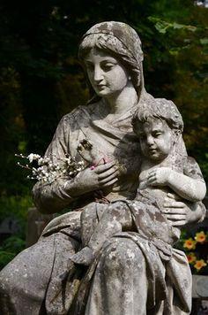 Львов. Лычаковское кладбище. Девы с младенцами и скорбящие