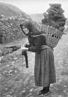 Bringing home the peats=Stornoway. Looks like she's knitting socks at the same time. Now this is what I would call MULTI TASKING. Old Pictures, Old Photos, Ireland Pictures, Vintage Photographs, Vintage Photos, Scottish Culture, Scotland History, Scottish Women, Erin Go Bragh