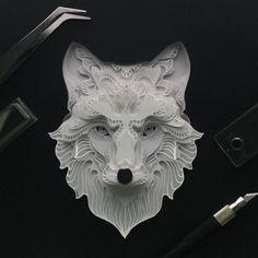 Il découpe du carton et le transforme en jolies créations d'animaux !