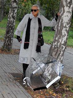 La photo Gilet Crochet, Crochet Coat, Crochet Clothes, Crochet Stitches, Crochet Designs, Crochet Patterns, Clothing Patterns, Coats For Women, Messenger Bag
