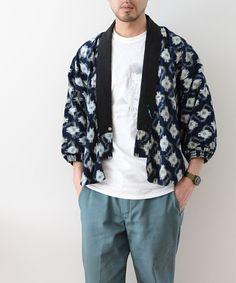 引っ張りとして着られていた1940~50年代頃の藍染野良着です。絣にジャパンブルーらしい色味、日本らしく素敵ですね。海外のデザイナーやインフルエンサーからは、Noragi Jacketとして非常に高い人気を誇るジャパンヴィンテージです。 Male Kimono, Kimono Jacket, Hijab Fashion, Mens Fashion, Chinese Clothing, Japanese Men, Japan Fashion, Cool Outfits, Menswear